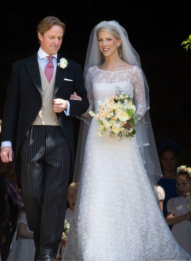 Tom Kingston ja lady Gabriella Windsor. Upea hääpuku oli  suunnittelema.