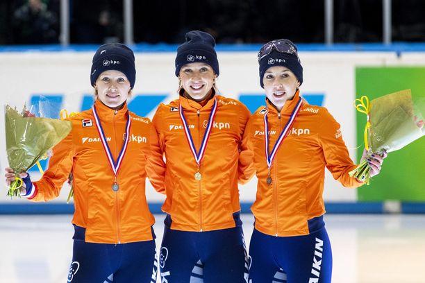 Lara van Ruijven (oikealla) saavutti tammikuussa pronssia Hollannin lyhyen radan mestaruuskilpailuissa. Kuvassa keskellä mestari Suzanne Schulting ja vasemmalla hopeaa saanut Rianne de Vries.