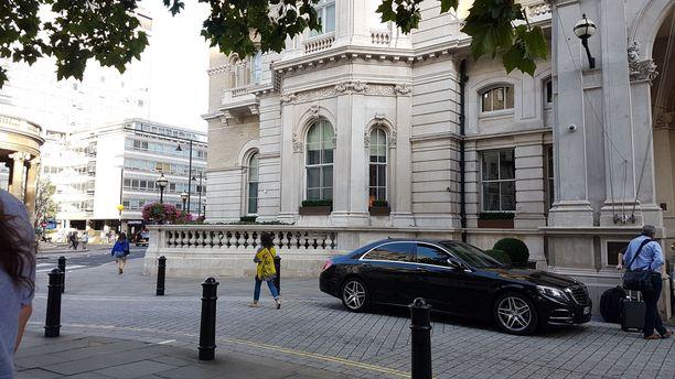 Artesian on hotellin vasemmassa kulmassa.