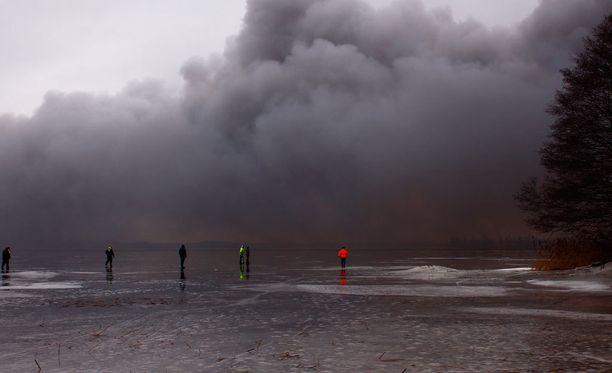 Ihmisiä neuvotaan sulkemaan ilmanvaihto ja odottamaan tietoa vaaran päättymisestä. Tehdas sijaitsee Titaanitiellä Kaanaan teollisuuspuistossa Meri-Porissa.