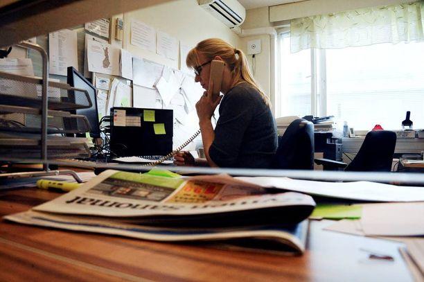 Kotkan vastaanottokeskuksen vastaava ohjaaja Heidi Roström pitää ajoittain kaaokseksi paisuvaa tilannetta koossa.