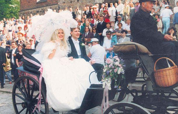 Tanja Vienonen ja Totti Karpela viettivät näyttävät häät vuonna 1995.