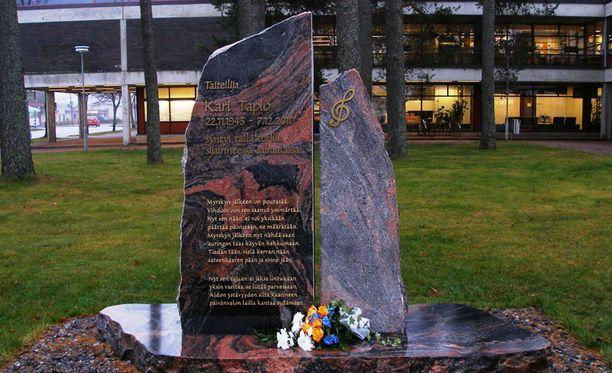 Korjattu muistomerkki on taas paikoillaan Suonenjoen torilla.