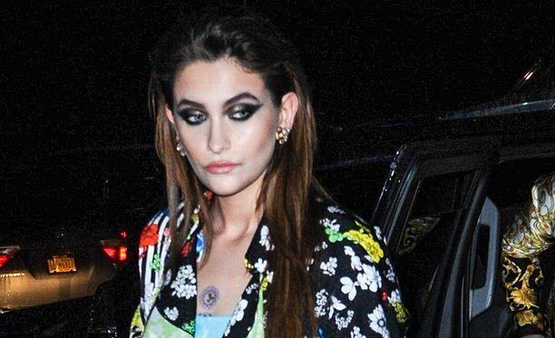 Tuoreessa kuvassa Paris Jackson on menossa seuraamaan Versacen muotishowta.