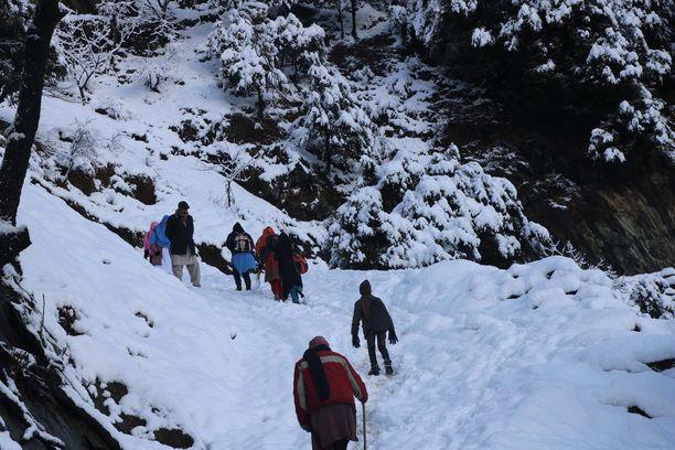 Kashmirissa Neelumin laaksossa voimakas lumisade aiheutti 19 ihmisen hengen vaatineen lumivyöryn.