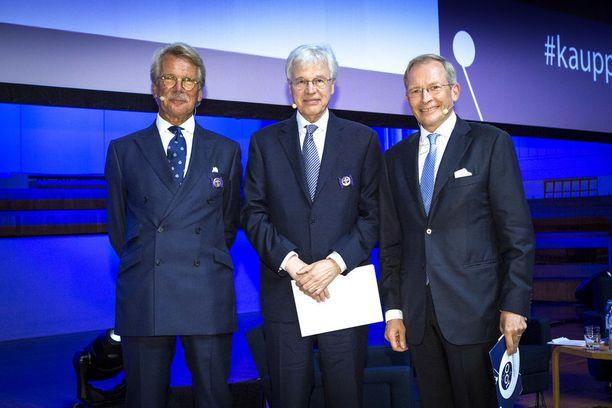 Keskuskauppakamari palkitsi Bengt Holmströmin ja Björn Wahlroosin rautaisilla ansiomerkeillä ratastunnuksella 100-vuotisjuhlassaan torstaina. Ratastunnuksella varustettu ansiomerkki on myönnetty nyt yhteensä kymmenelle merkittävälle talouspolitiikan vaikuttajalle.