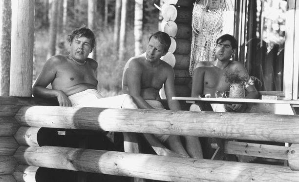 """Huippukuskit Timo """"Löysä"""" Salonen (vas.), Hannu Mikkola ja edesmennyt Henri Toivonen vilvoittelemassa saunan jälkeen."""