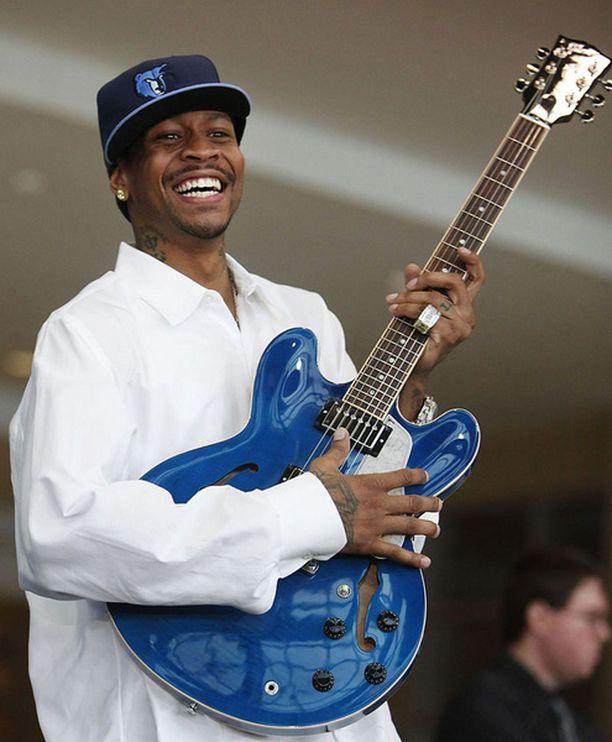 Korien viskomisen lisäksi Allen Iversonilta sujuu myös kitaransoitto.