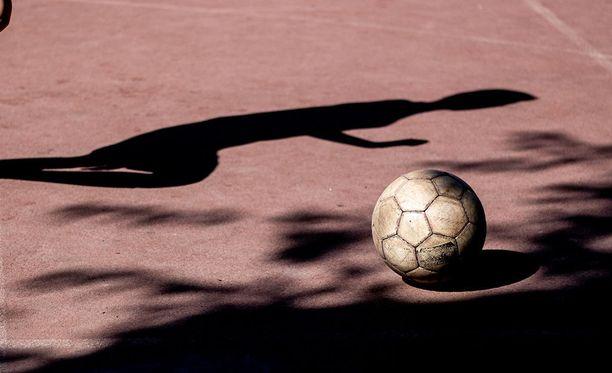 Jalkapallo on suosittu harrastus.