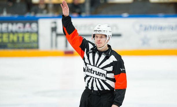 Mikko Kaukokaria ei nähdä tänä iltana Oulussa jakamassa oikeutta Kärppien ja Tapparan viidennessä loppuottelussa.