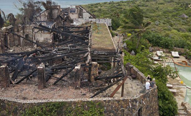 Luksushuvilasta jäi jäljelle vain hiiltyneitä rakenteita.