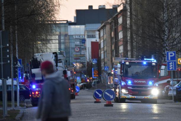 """Pelastustoimen mediapalvelun mukaan paikalle kaasutti ainakin kahdeksan yksikköä. Tapahtumalajiksi oli kirjattu """"Rakennuspalo: suuri""""."""