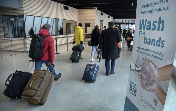Sisärajavalvonnan palatessa Suomeen palaavalta pyydetään matkustusasiakirjoja näytille rajatarkastuksen yhteydessä paikoissa, kuten lentokentällä tai satamassa.