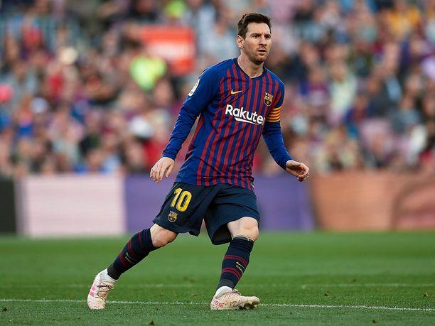 Lionel Messi sai viime vuonna 112 miljoonaa euroa siitä, että hän potki palloa.