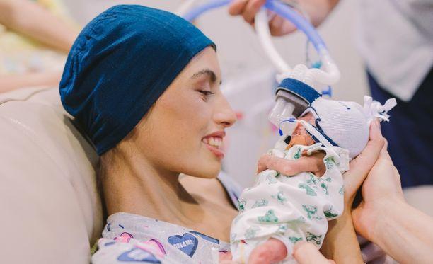 Äiti luopui omasta syöpähoidostaan antaakseen syntymättömälle lapselleen mahdollisuuden elää.