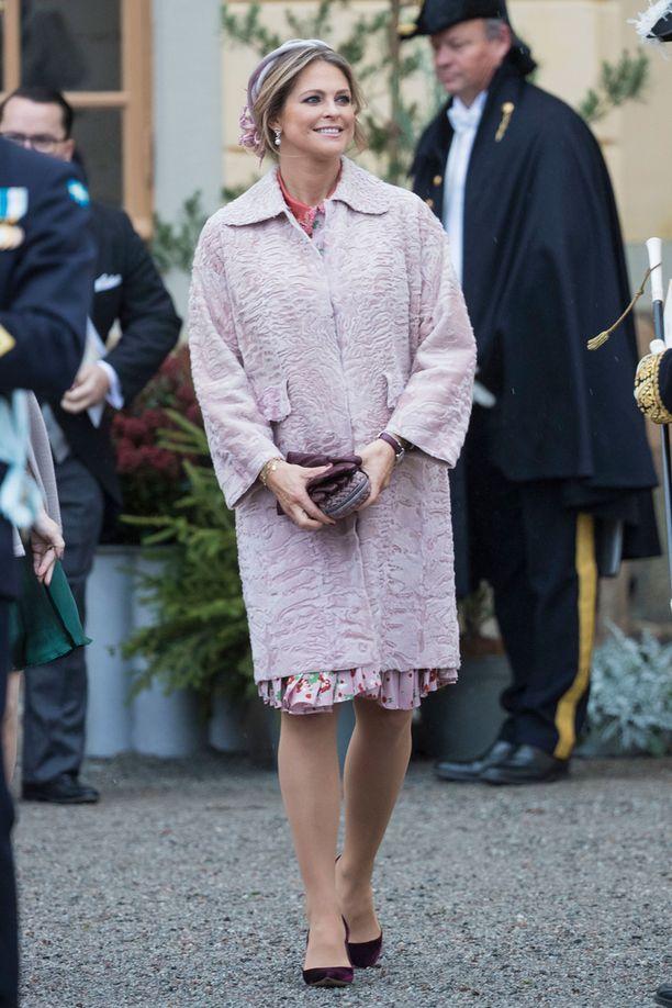 Madeleine edusti perjantaina vaaleanpunaisessa.