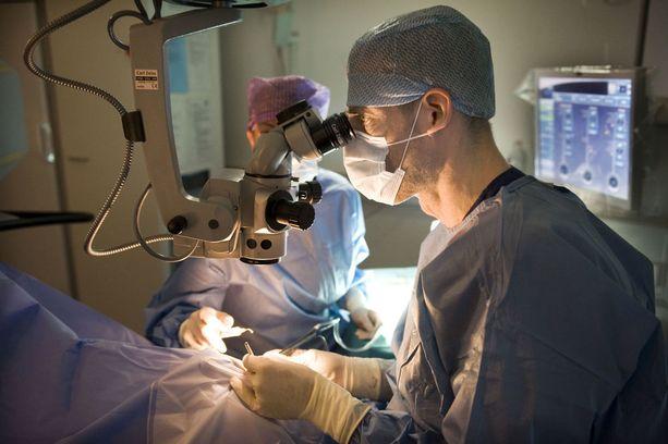Silmäkirurgi Petri Oksman työssään.