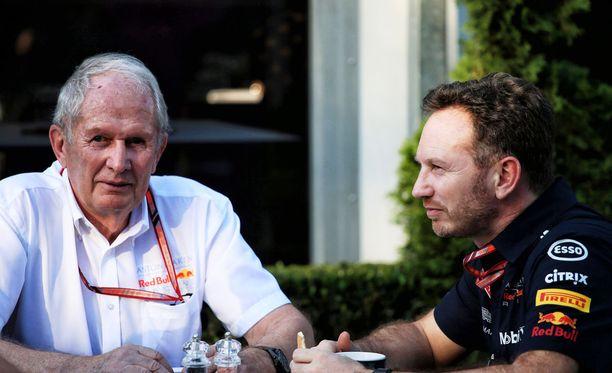 Red Bullin mediakoneisto auttaa ymmärtämään myös tallipomojen Helmut Markon (vas.) ja Christian Hornerin kommentteja.