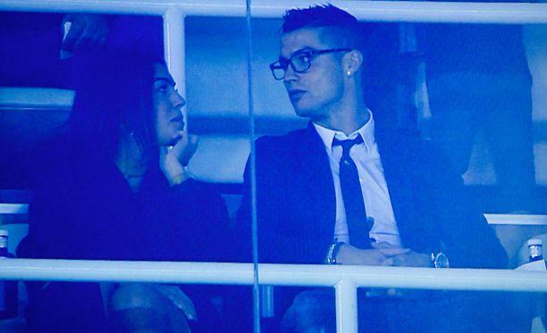 Georgina ja Cristiano keskustelivat jalkapallosta.