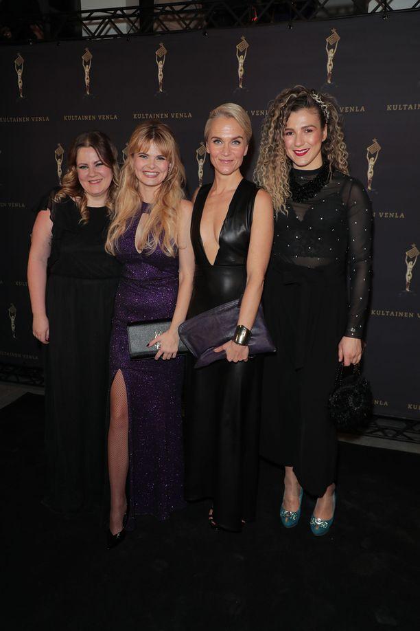 Erika Vikman juhli muiden Iholla-sarjassa esiintyneiden naisten kanssa. Kuvassa Erikan ympärillä Laura Friman, Kristiina Komulainen ja Kristiina Nisula.