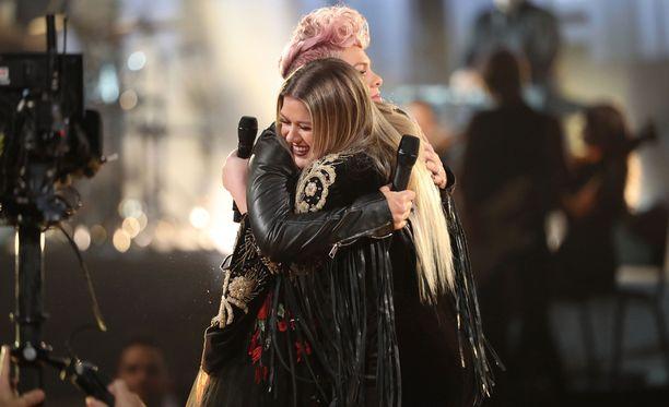 Naiset halasivat lopuksi pitkään ja lämpimästi.