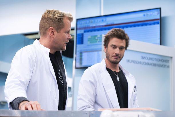 Antti Luusuaniemen ja Sebastian Rejmanin näyttelemät lääkärit kisailevat traumapolin alfauroksen tittelistä.
