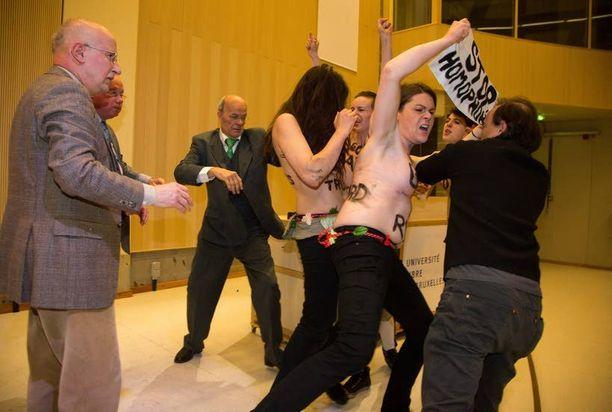 Turvamiehet poistivat mielenosoittajat paikalta kiireen vilkkaa.