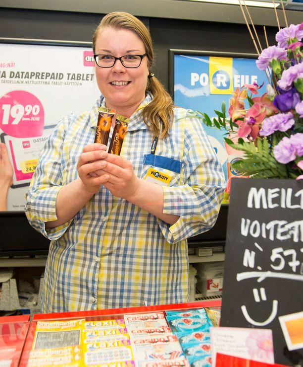 Mystinen rekkamies toi suklaata Hallamäentien R-kioskin esimiehelle Mari Kosuselle.