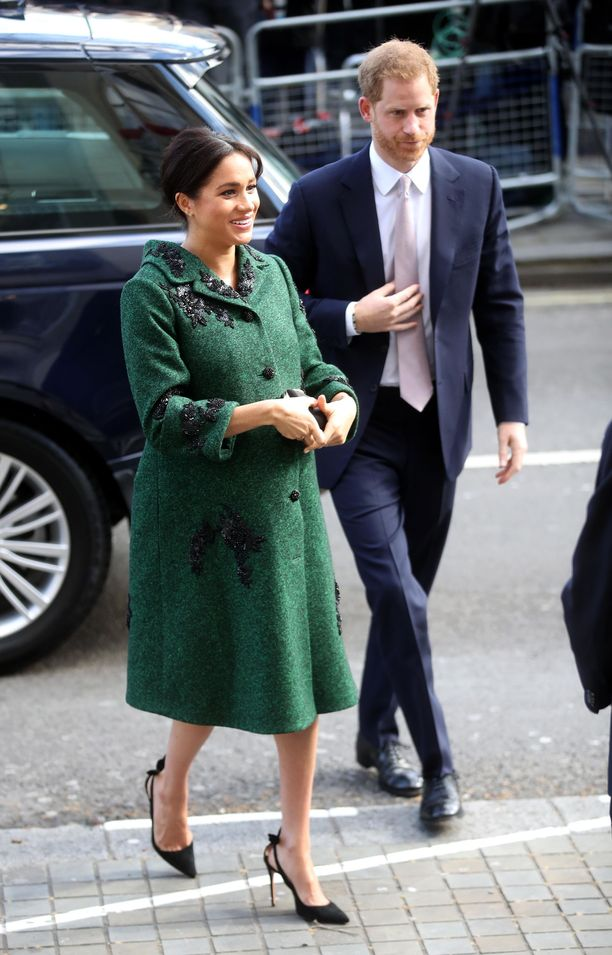 Herttuatar Meghan ja prinssi Harry Commonwealth Day Youth -tapahtumassa alkuvuodesta 2019. Meghan tummanvihreässä, koristeellisessa villakangastakissa on jäänyt monien mieleen, sillä tähän lookiin ei voi olla ihastumatta.