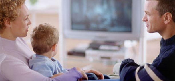 Asiantuntijoiden mukaan 2-5 -vuotiaat saisivat istua tv:n ääressä enintään tunnin päivässä.