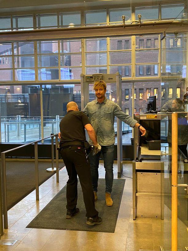 Samu Haber saapui oikeuteen.