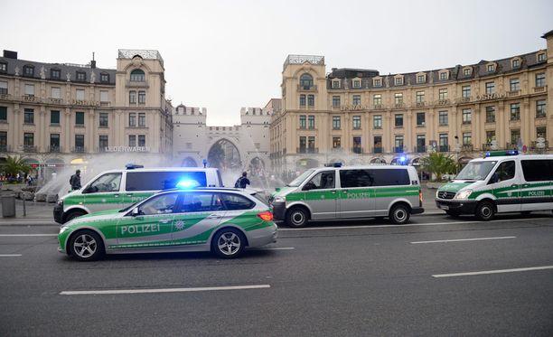 Poliisi Stachus hotellin edustalla.