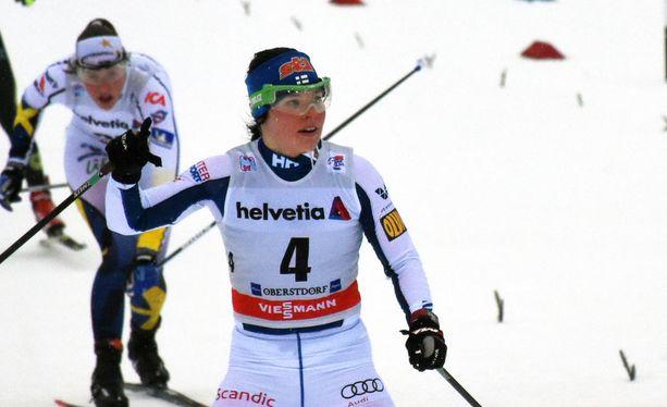Krista Pärmäkoski tuuletti hennosti torstaina Oberstdorfissa kolmatta sijaansa.