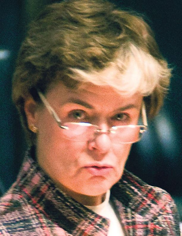 Maahanmuuttoministeri Astrid Thors puhkesi eduskunnassa kyyneliin keskusteltaessa Karjalan pakolaisista.