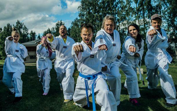 Ylönen opettaa artisteille taekwondoa, josta hän oli kovasti innostunut ennen musiikkiuraansa.