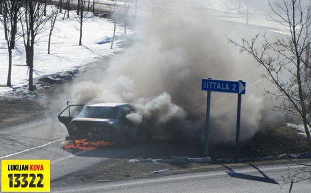 Henkilöauto roihusi Hämeenlinnassa.