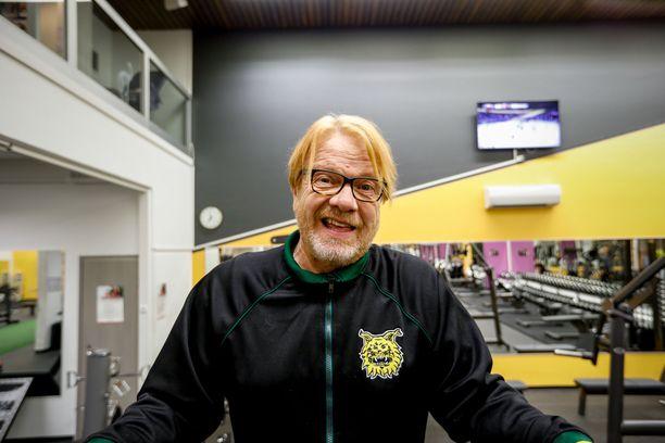 Heikki Silvennoisen kerrotaan seurustelevan nuoren kaunottaren kanssa.