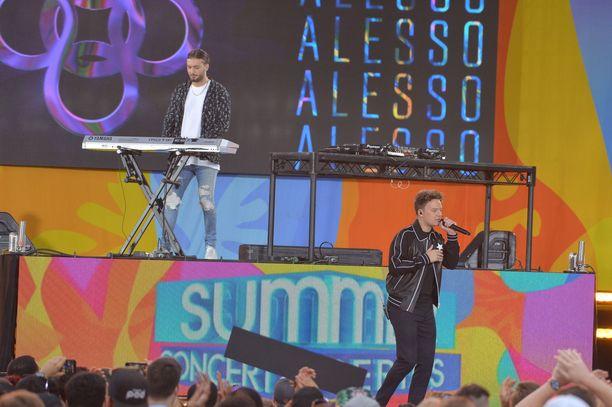 Conor Maynard and Alesso esiintymässä New Yorkissa.