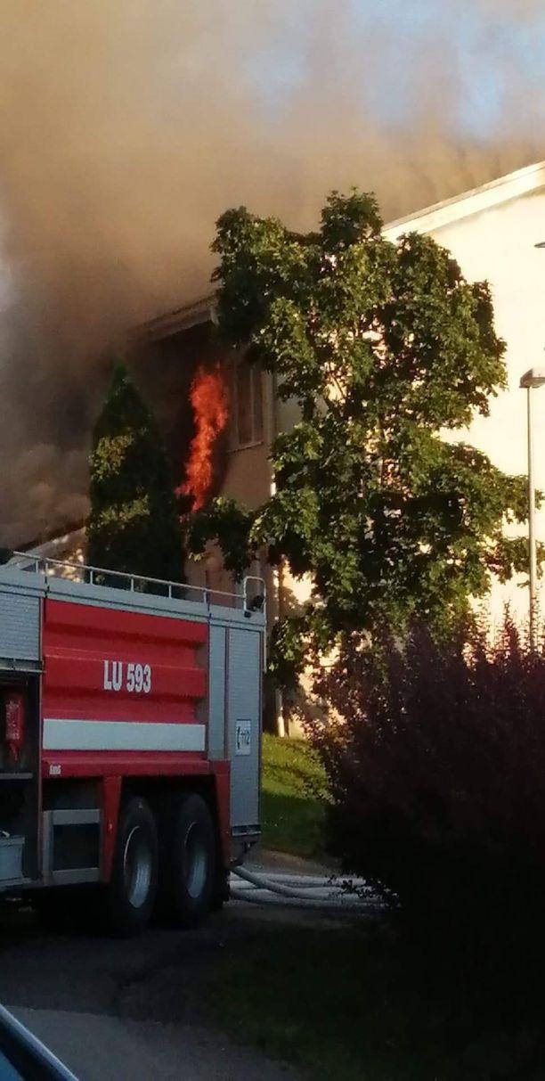 Pelastuslaitos tiedotti asunnon kattorakenteiden tuhoutuneen täysin. Kuva palopaikalta.