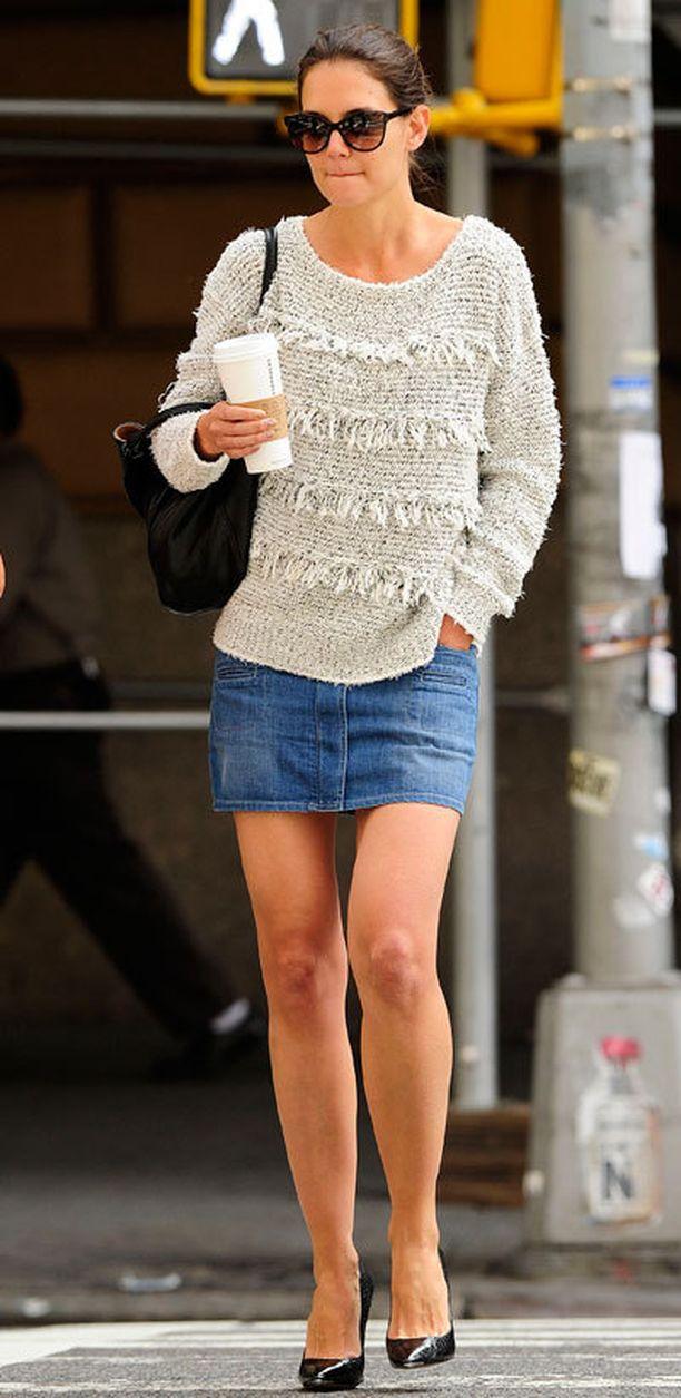Katie Holmes, 35, pelaa varman päälle: hän yhdistää farkkuminin pehmoiseen neuleeseen.