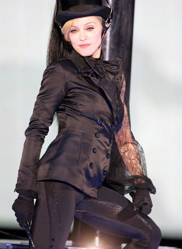 Madonna poseeraa tulevaisuudessa H&M:n asusteissa.