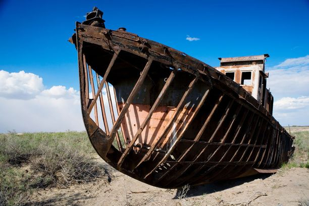 Laivat ovat jääneet entisten aikojen surullisiksi muistomerkeiksi.