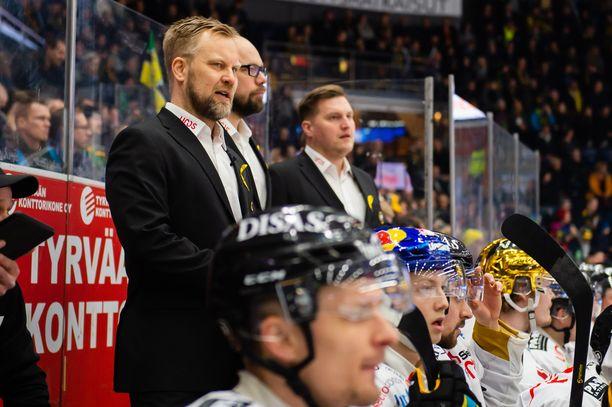 Lauri Mikkola (taustalla) on Kärppien seuraava päävalmentaja, kun Mikko Manner jättää paikkansa.