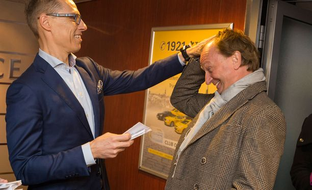 Kokoomuksen puheenjohtaja Alexander Stubb vastaanotti Tallinkin M/S Baltic Queenin aulassa kokoomuksen risteilyvieraita. Uudenmaan piiristä eduskuntavaaliehdokkaana oleva liikemies Hjallis Harkimo sai osakseen päähieronnan.