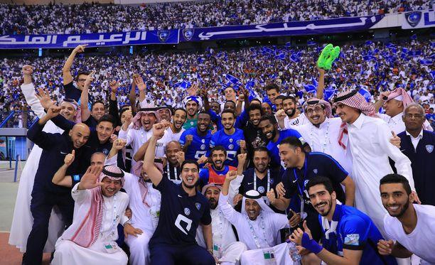 Al-Hilal-joukkueen iloa viime vuonna Riadissa. Nyt stadionille pääsevät jännittämään myös naiset.