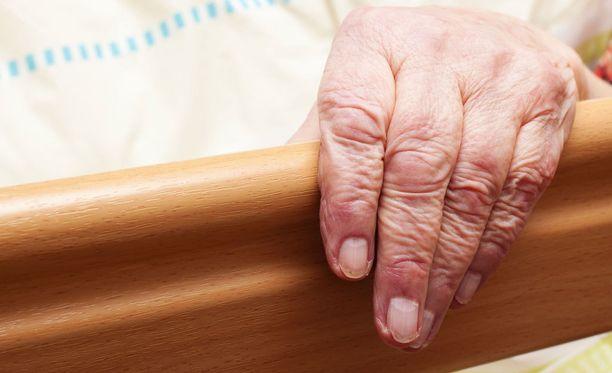 Kuvituskuva. SuPerin puheenjohtajan Silja Paavolan mukaan kotihoidon piirissä ja palvelutaloissa on nykyään paljon ihmisiä, jotka ovat joka päivä täysin riippuvaisia hoitajista.