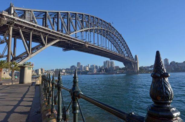 Sydneyn satamasillan voi ylittää autolla, junalla tai kävellen.