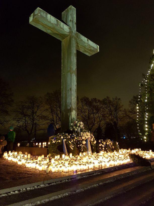 Hietaniemen hautausmaa Helsingissä hehkui kauniissa kynttilänvalossa itsenäisyyspäivän iltana 6.12.