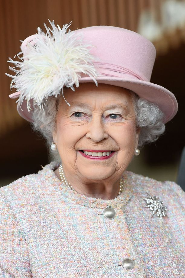 Kungatar Elisabet on isossa roolissa häissä. Hän lähettää kutsut ja hän hyväksyy kuninkaallisten puolisot.