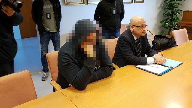 Syytetty ei peittänyt kasvojaan oikeudessa.